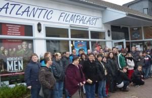 Die Teilnehmer am Kinonachmittag vor dem Atlantik Filmpalast Moers. (Foto:privat)